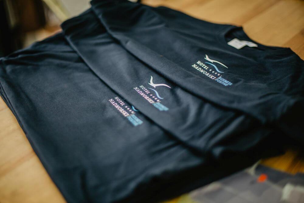 Czarne T-shirty z nadrukiem